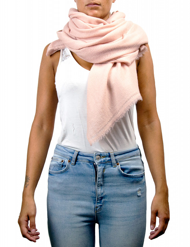 uma-stole-wool-cashmere-rose-model.jpg